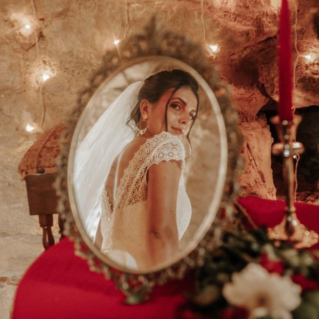 """Nous avons enfin la joie de vous présenter la nouvelle collection Robe de Coeur Nous avons dessiné des modèles très différents les uns des autres pour correspondre à toutes vos envies.  Dans chaque modèle, vous retrouverez la patte de chacune de nous deux, le style princesse et romantique d'Orianne et la touche bohème chic de Gwenaelle 😉  Toutes ces robes sont exclusivement sur commande et en série ultra limitée pour un instant unique  Voici la robe """"LASKA""""  Merci à tout nos partenaire pour ce shooting de folie! Photos: @justineperryphotographie  Organisation:  @themostbeautifuldays_   Makeup Artist: @soabeaute  Coiffure: Cindy @atelier_des_coiffeurs  Bijoux: @estrellapapatya  et @robedecoeur  MODELES: @ange_lique8  @ilonadutoit  @maddyy_cherry  @nicolasmcqueron   Lieu: @chateaumontfa  #robedemariee #nouvellecollection #nouvellecollection2021 #robedemarieetarn #creationrobedecoeur #robedemarieetoulouse #robebohemetarn #robeprincessetarn #wedding2021 #mariage2021 #bride2021  #futuremariee #bridetobe #mariagealbi #mariagetarn #robedemarieeprincesse #robedemarieeboheme #creationrobedemarieetarn"""